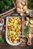 Patate di recente al forno con i rosmarini e l'aglio Immagini Stock