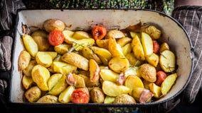 Patate di recente al forno con le erbe e l'aglio Fotografia Stock