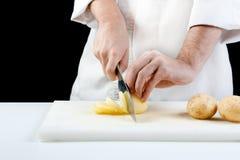Patate di taglio del cuoco unico fotografia stock