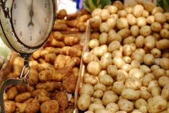 Patate dolci ad un mercato degli agricoltori Fotografia Stock