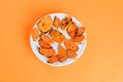 Patate dolci arrostite sulla leccarda sul primo piano del piatto Sparato da sopra fotografie stock libere da diritti