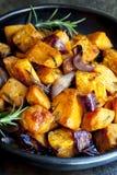 Patate douce rôtie à l'oignon rouge et à la Rosemary Images stock