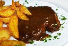 Patate e bistecca con salsa marrone Fotografia Stock Libera da Diritti