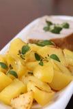 Patate e bistecca di sgombro arrostite Fotografia Stock Libera da Diritti