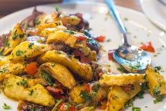 Patate e carne fritte, Ojakhuri - alimento georgiano tradizionale immagine stock