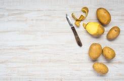 Patate e patata sbucciata sullo spazio della copia Fotografia Stock