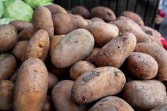 Patate fresche organiche sul mercato della città Immagine Stock