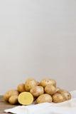 Patate fresche sulla tavola di legno Fotografia Stock Libera da Diritti