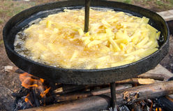 Patate fritte che friggono in olio caldo Fotografia Stock Libera da Diritti