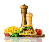 Patate fritte con Doner Kebap su fondo bianco Fotografia Stock Libera da Diritti