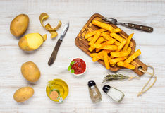 Patate fritte con gli ingredienti ed i condimenti Immagine Stock Libera da Diritti