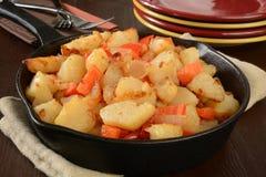 Patate fritte con i peperoni e le cipolle fotografia stock