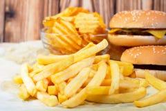 Patate fritte con il cheeseburger e le patatine fritte Fotografia Stock