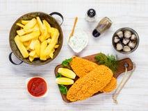 Patate fritte con il pesce al forno e la cola Immagini Stock Libere da Diritti