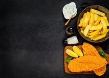 Patate fritte con il pesce al forno sullo spazio della copia Fotografia Stock