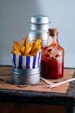 Patate fritte con ketchup sulla Tabella Fotografie Stock