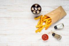 Patate fritte con la cola del ghiaccio sullo spazio della copia Fotografia Stock