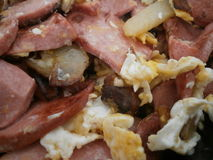Patate fritte con le salsiccie e le uova immagine stock libera da diritti