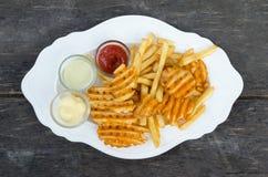 Patate fritte con salsa Fotografia Stock Libera da Diritti
