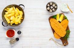 Patate fritte degli alimenti a rapida preparazione con cola ed il pesce al forno Fotografia Stock
