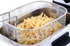 Patate fritte di recente cotte in P di frittura elettrico Immagini Stock Libere da Diritti