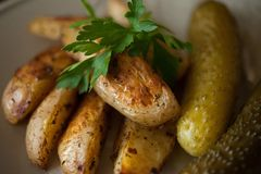 Patate fritte e cetrioli marinati Fotografia Stock