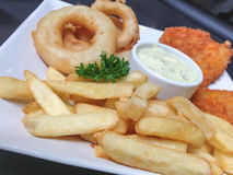Patate fritte e cipolle fritte Fotografia Stock Libera da Diritti