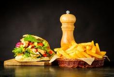 Patate fritte e panino di Doner Kebap Fotografia Stock