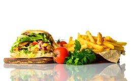 Patate fritte e panino di kebab su fondo bianco Fotografie Stock Libere da Diritti