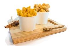 Patate fritte e pepite in scatole di carta Immagine Stock