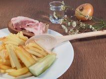 Patate fritte e un vetro di vodka Fotografie Stock Libere da Diritti