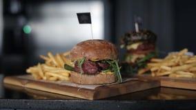 Patate fritte ed hamburger del ristorante che cucinano alimento, carne, barbecue, griglia, hamburger, hamburger, bbq, manzo, archivi video