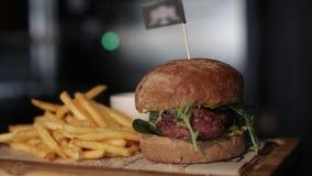 Patate fritte ed hamburger del ristorante che cucinano alimento, carne, barbecue, griglia, hamburger, hamburger, bbq, manzo, video d archivio