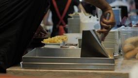 Patate fritte in friggitrice, cuoco unico dell'hamburger della cucina del ristorante archivi video