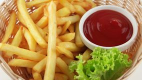 Patate fritte fritte fresche con ketchup (ciclo) stock footage