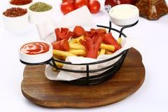 Patate fritte miste e salsiccie Fotografie Stock Libere da Diritti
