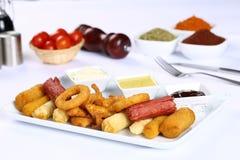 Patate fritte miste e strisce del pollo Fotografia Stock