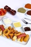 Patate fritte miste, strisce del pollo, anelli di cipolla Immagini Stock