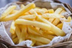 Patate fritte nel canestro di legno con salsa Immagine Stock