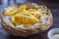 Patate fritte nel canestro di legno con salsa Fotografia Stock Libera da Diritti