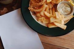 Patate fritte piccanti con il formaggio cremoso della immersione Fotografia Stock Libera da Diritti