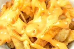 Patate fritte saporite con la salsa di formaggio Frigga nel grasso bollente la patata o l'aperitivo fotografie stock libere da diritti