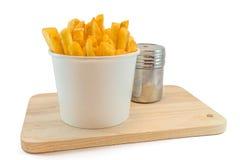 Patate fritte in scatola bianca con ketchup Fotografia Stock