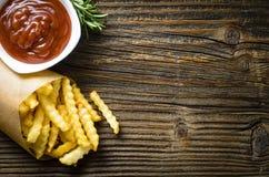 Patate fritte sopra la vecchia tavola di legno Immagini Stock Libere da Diritti