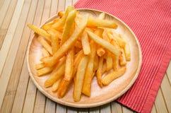 Patate fritte sul piatto di legno Fotografia Stock