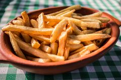 Patate fritte sulla tavola del ristorante Fotografia Stock Libera da Diritti