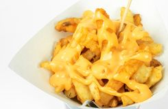 Patate fritte in tazza bianca con la salsa di formaggio su fondo bianco Frigga nel grasso bollente la patata o l'aperitivo fotografia stock libera da diritti