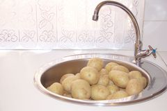 Patate lavate fresche in un lavandino Fotografia Stock