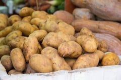 Patate per la vendita in un mercato libero Fotografie Stock Libere da Diritti