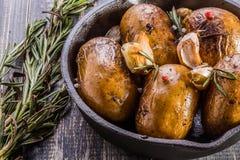 Patate rustiche di stile con i rosmarini, aglio Fotografie Stock